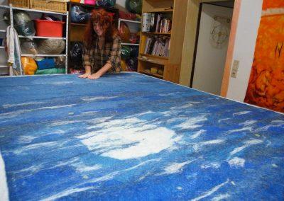 Der Teppich belegt den ganzen Tisch im Atelier; Endmaß 200x180cm