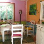 7 verschiedene Wandfarben und weißgestrichene Möbel im Esszimmer