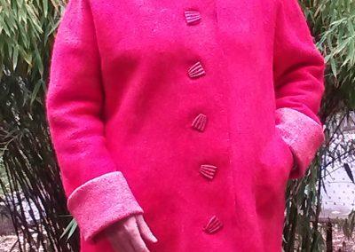 Alles aus einem Stück und nahtlos in Nunotechnik gefilzt: schlichter, gerade geschnittener Mantel mit ausgefallenen Knöpfen und unauffällligen großen Taschen