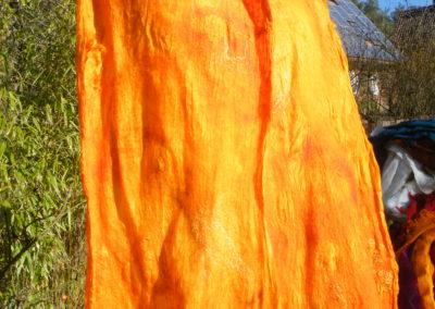 großes Umschlagtuch aus Chiffon, Merino und Seide, nur mit wenigen Wensleydalelocken verschönert, zart im Gewebe und wunderbar leicht. Größe etwa 170x80cm