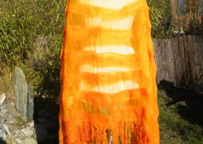 Die durchsichtige Chiffonseide gewährt Durchblick auf die darunerliegende Farbe der Kleidung und harmoniesiert die Farben. Goldorange, handgefärbt