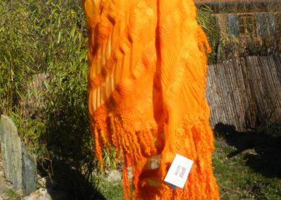 Umschlagtuch in durchbrochen gefilzter Chiffonseide, Merino-Seidengemisch, Wensleydalelocken, habndgefärbt