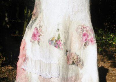 wundervolles Nunofilzkleid mit zauberhaften Blüten- und Spitzenflicken