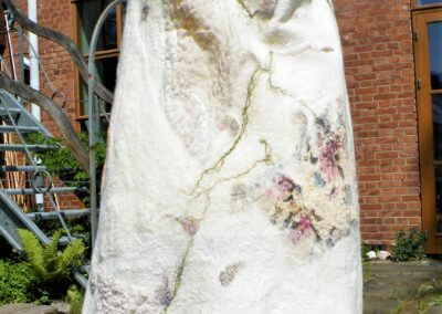 Rückseite; die Träger sind abnehmbar, so dass das Kleid auch als langer Rock getragen werden kann