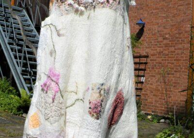 zauberhaftes Elfenkleid mit Spitzen und mehrschichtigem Volant