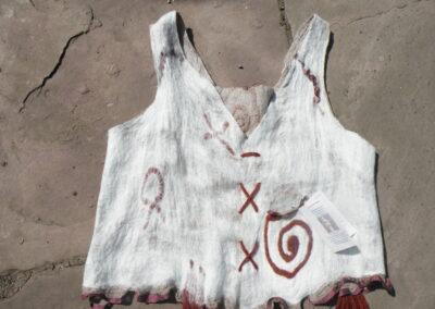 Merinowolle auf Baumwollgaze, mit kleinem Täschchen und Runen.