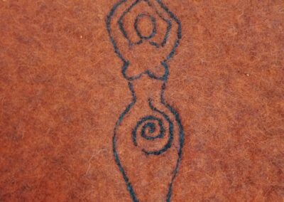 Detail, Göttinenfigur, Gaia mit Doppelaxt